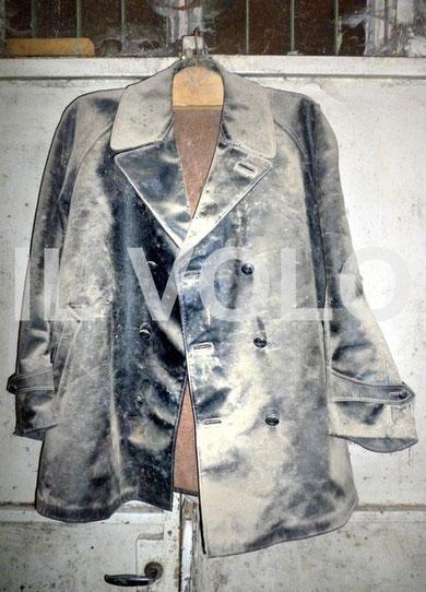 Uno straordinario ritrovamento durante le riprese del documentario LA BATTAGLIA DEL BRENNERO. Si tratta di una giacca in pelle sintetica (da verificare) che usavano gli addetti ai fumogeni per ripararsi dall'acido cloridrico usato nei bidoni per i fumogen