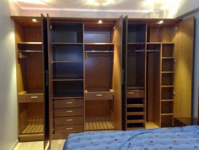 Closet con cajonera, repisas, zapatera, maletero y barras de colgar ropa