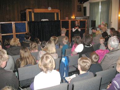 Petra begüßt das Publikum, Foto: Agnes Kramer