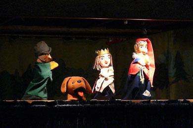 Kasperle und Rudolph flüchten sich in den Wald, wo der Jäger auf Gänsejagd ist. Dort treffen sie ein Gänschen, hinter dem mehr steckt als man denkt und nehmen es mit ins Schloss.