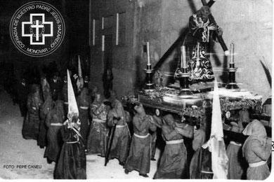 Foto realizada por Pepe Caneu correspondiente a los años 40. Las andas corresponden a las que regaló Hermelando Corbí en 1927 a la cofradía