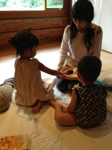 先生の奏でるキンダーハープを子ども達もさわってみます。