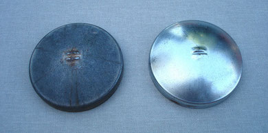 Detalle de la tapa de la caja de herramientas una vez límpia y pulida