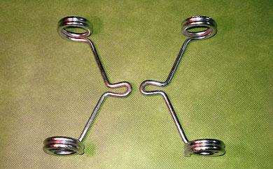 Los soportes de faro de Ducati 50 TS son mas gruesos y más cortos, solo llevan dos vueltas de alambre, si se utilizan quedaría el faro muy cerca a la horquilla