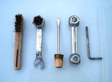 Éste conjunto de herramientas estaba metido en una caja original, observa el curioso destornillador, hecho con base de madera y el casco de munición, para adaptarlo a la llave de bujias, todo un puntazo!