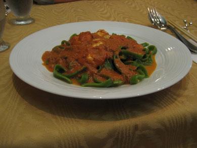 緑の平打ち麺 海老とモッツァレラチーズのトマトクリームソース