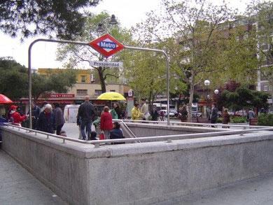 Boca de Metro en la misma plaza. Se inauguró el  26 de marzo de 1973.