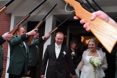 Das frisch getraute Brautpaar wird herzlich empfangen