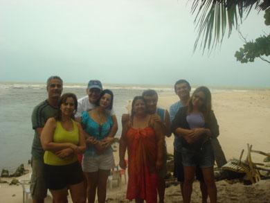 Com a Barra do Rio Gramame ao fundo nossos hóspedes e suas esposas!!!! Dias e Ione, Butrus e Cris, Bordalo e Nanci, Heliton e Moni.