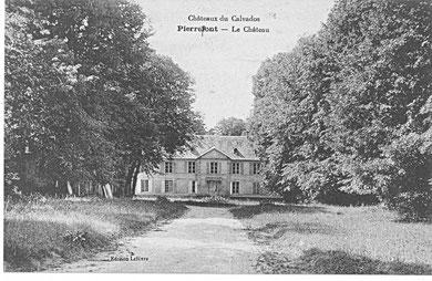 Le château de Pierrepont depuis le porche d'entrée