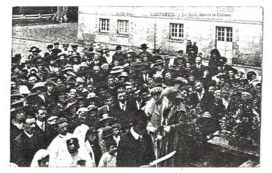 La foule devant le Château de Manneville