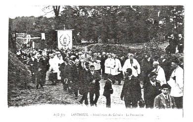 La procession lors de  la bénédiction du Calvaire