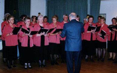 Der Chor mit dem früheren Chorleiter Herrn Christophersen