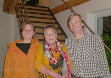 Marion Lammers zwischen Dr. Frank Ingwersen und seiner Frau Simone Seidel