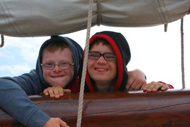 Zwei Mitsegelnde an Bord der Fortuna