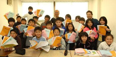 ここのところ恒例化しつつある小学生の講習終了記念の集合写真です。みんな一生懸命勉強がんばりました!
