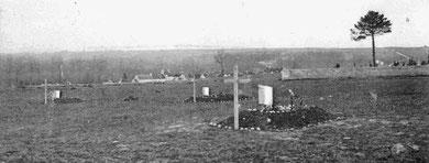 Tombes derrière le cimetière après la bataille