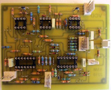 Si vous fabriquez plusieurs VCO, conservez la même orientation des connecteurs de façon à pouvoir tous les régler avec le même cablâge de test...