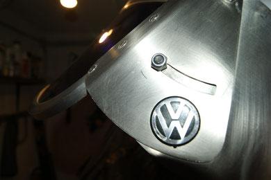 """Das VW Emblem gibt es nicht zu kaufen, es ist aus """"Blech"""" und wurde mit Spezialkleber verklebt"""