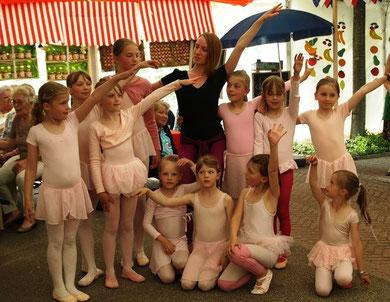 Zu einem kleinen Ausflug in die Klassik luden Ausbilderin Franziska von Koss    und ihre Ballettmädchen ein.