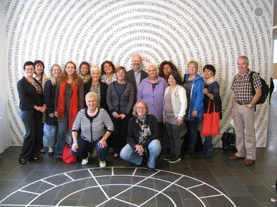 "Gruppenbild ""Living Maths"" mit Prof. Beutelspacher im Mathematikum"