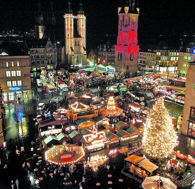 Rotes Licht verwandelt den Roten Turm in eine riesengroße Weihnachtsmarkt-Kerze. FOTOS: GÜNTER BAUER