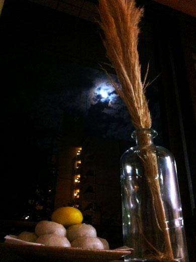 日曜の夜、家族でお月見。  いつも思うこと。雲がかかった月を見るとバットマンを思い出します。  完璧に刷り込まれていると思います。  *十五夜に関係なくて。。。。(汗)