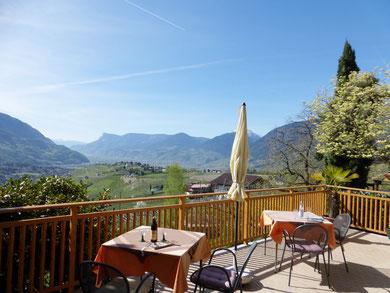 Sonnenterrasse Blick Dorf Tirol und Umgebung