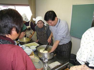 豆腐づくりの様子 講師:清水 洋治さん