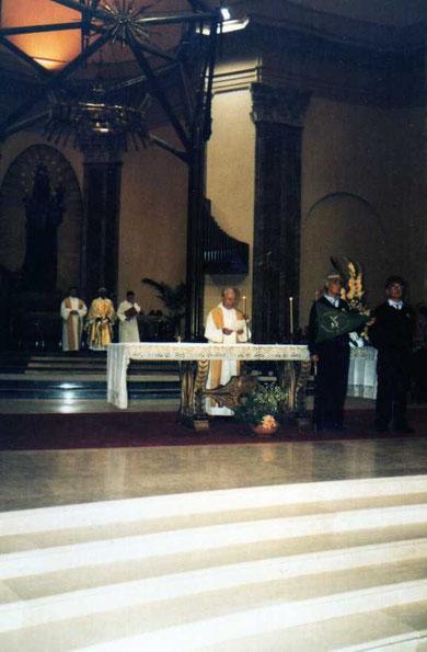 1998 - L'indimenticabile Amico, Don Mario Martinengo, si appresta alla benedizione del Gagliardetto del Coro