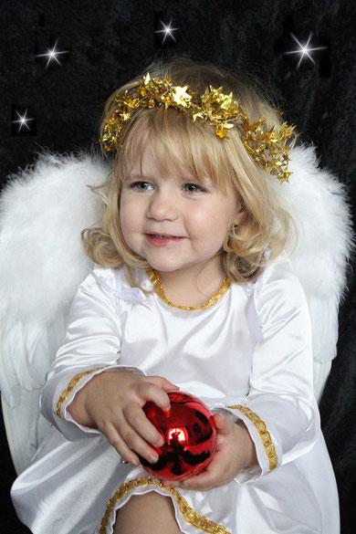 Engel mit Weihnachtskugel