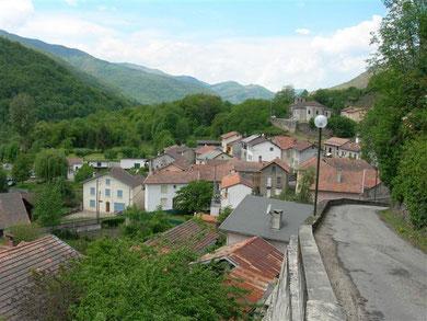 le village et, en face, le plateau de Beille