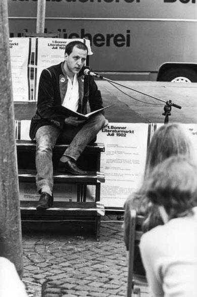 Louis Flamel auf dem 1. Bonner Literaturmarkt, 1982. Photo: Heike V. Kestel
