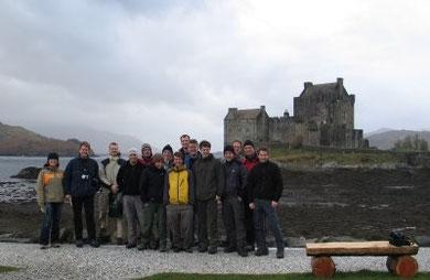 """Die Exkursionsgruppe während einer kurzen Regenpause vor dem """"Eilean Donan Castle"""" in den Western Highlands von Schottland."""