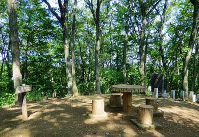 ▲前山。右奥に鎌倉時代末期の武士、人見四郎の墓跡が見える