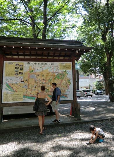 9月11日(2012) 大国魂神社入り口の観光案内図前で(府中市:8月23日撮影)