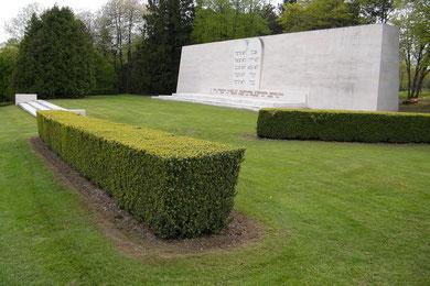 Gedenkstelle für die jüdischen Gefallenen am Friedhof des Beinhauses - Während der deutschen Besetzung im 2. WK wurde es auf Befehl des Ortskommandeurs hin verhüllt. So bewahrte es er vor der ursprünglich geplanten Zerstörung