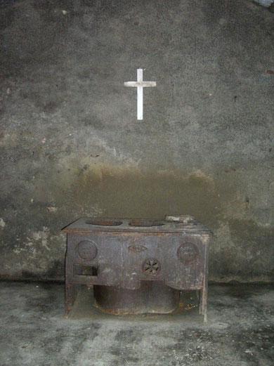 Original Kochofen - unter dem Kruzifix platziert wie ein Altar
