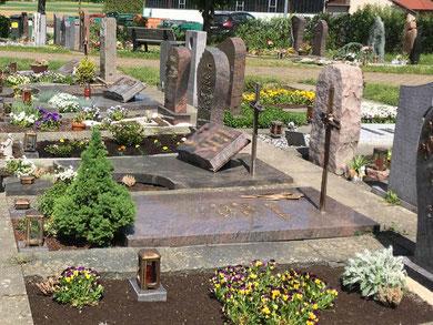 Grabpflege durch ausgebildeten Gärtner