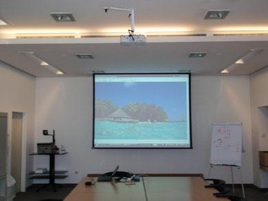 Seminarraum mit Einbaurahmenleinwand und 3.000 AnsiLumen Projektor