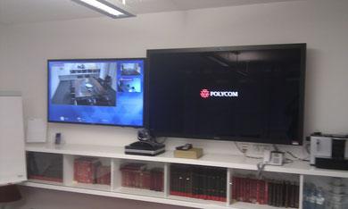 Videokonferenz auf 65 Zoll und 55 Zoll Displays