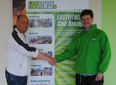 Freuen sich auf die gemeinsame Zusammenarbeit: Matthias Schulz (rechts), Geschäftsführer Easy Fitness Hamburg-Rahlstedt, und Daniel Lison, Team-Manager der 1. RSC-Herren