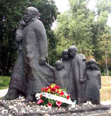Il monumento a Korczak e ai bambini nel cimitero ebraico di Varsavia