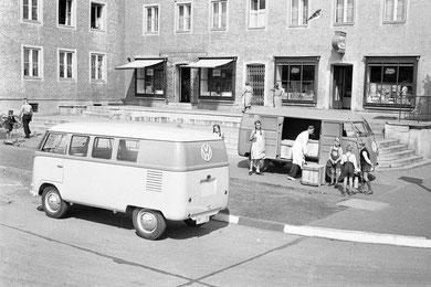 Reclamefoto van een Combi en een Bestelbus, 1950
