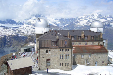 das Hotel Gornergrat Kulm vom Gipfel