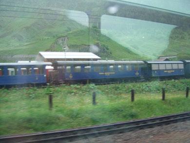 am Oberalp - Pass: ein Teil des Wagenmaterials der Furka - Dampf - Bahn
