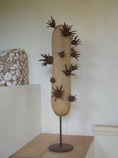 """ZIMMERKAKTUS"" (Material: Holz, Eisen, Höhe:1,05m, Breite:0,34m, Preis:420€)"