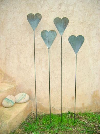 """""""Schwingende Herzen"""" (Material: Eisen, Herz Höhe:0,23m, Breite:0,19m, vrschiedene Längen möglich, Preis:25€ einzeln)"""