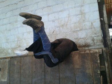 Janina versucht den Schuh heraus zu bekommen...