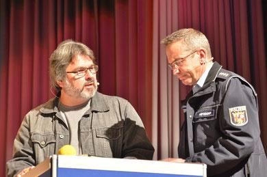 Sie führten die Befragung im ersten Teil durch: Journalist Christian Pfarr und KHK P, Metzdorf